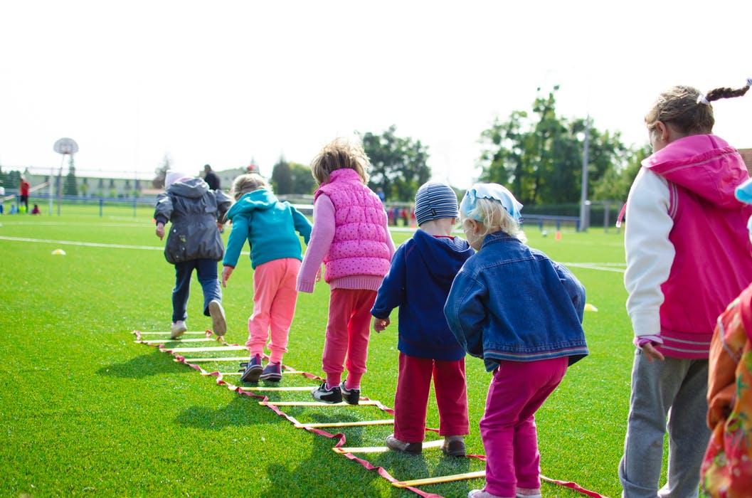 Barn som går på rekke